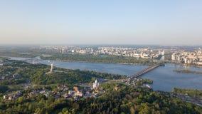 Vue panoramique de vue aérienne de la ville de la pièce de Kiev du jardin botanique et de la rivière de Dnieper Photo du bourdon Photo stock
