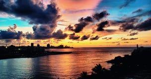 Vue panoramique de baie de La Havane et de silhouette d'horizon au coucher du soleil Images stock