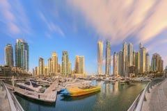 Vue panoramique de baie de marina de Dubaï avec le yacht et le ciel nuageux, Dubaï, EAU photographie stock