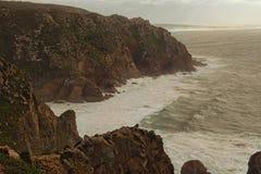 Vue panoramique de beau cap Roca Vent changeant, grandes vagues, Oc?an Atlantique puissant et roches pittoresques images libres de droits