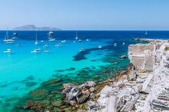 Vue panoramique de Beautifu de plage rocheuse et de lagune bleue avec la voile photographie stock