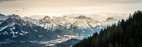 Vue panoramique de belle montagne images libres de droits