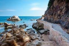 Vue panoramique de bord de la mer avec la falaise de roche et une route Image stock
