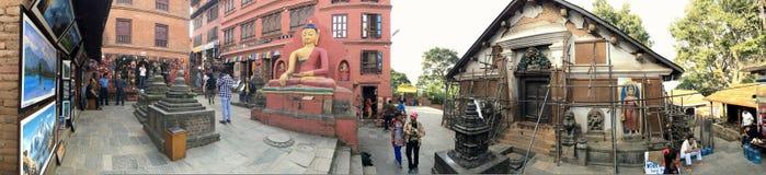 Vue panoramique de boutique, de statue de Bouddha et de maison au temple de Swayambhu photographie stock libre de droits