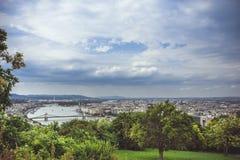 Vue panoramique de Budapest sous les nuages de pluie Photos stock