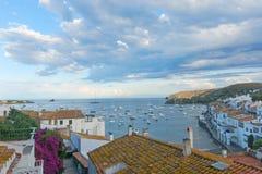 Vue panoramique de Cadaques sur le bord de la mer méditerranéen, Espagne Photographie stock libre de droits