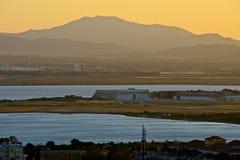 Vue panoramique de Cagliari avec la mer et la voie d'atterrissage de l'airpor au coucher du soleil Images libres de droits