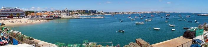 Vue panoramique de Cascais près de Lisbonne, de ville de bord de la mer avec la plage et le port, Portugal image stock