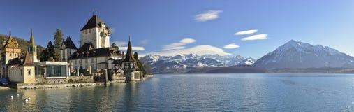 Vue panoramique de château d'Oberhofen au lac Thun, Suisse images libres de droits
