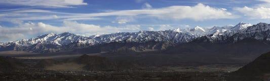 Vue panoramique de chaîne de Stok de ville de Leh en hiver, au nord d'Inde Photographie stock