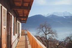Vue panoramique de chalet de montagne dans les Alpes du mounta d'hiver Image stock