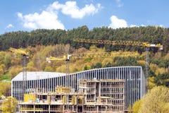 Vue panoramique de chantier de construction industriel avec des grues image libre de droits