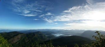 Vue panoramique de ciel bleu et de montagnes vertes Photo libre de droits