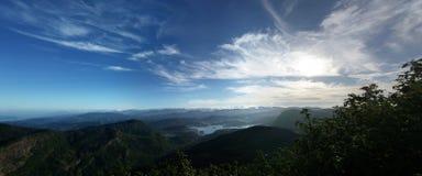 Vue panoramique de ciel bleu et de montagnes vertes Image libre de droits