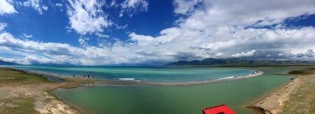 Vue panoramique de ciel bleu de lac Sayram Sailimu Photo libre de droits