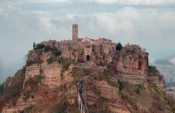Vue panoramique de Civita di Bagnoregio avec des nuages Photo stock