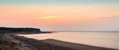 Vue panoramique de coucher du soleil au détroit du Northumberland photographie stock