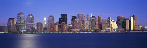Vue panoramique de coucher du soleil de l'horizon d'Empire State Building et de Lower Manhattan, NY où des tours de commerce mond Photographie stock