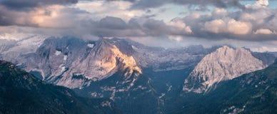 Vue panoramique de coucher du soleil de montagne Image stock
