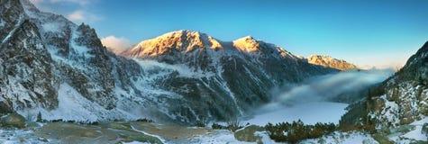 Vue panoramique de coucher du soleil des montagnes de Tatra Photographie stock libre de droits