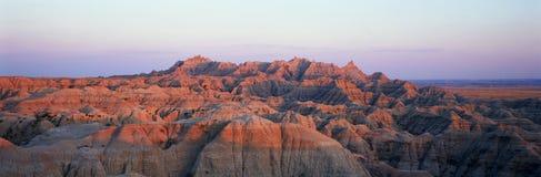 Vue panoramique de coucher du soleil des montagnes en parc national de bad-lands dans le Dakota du Sud images libres de droits