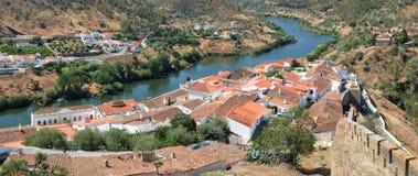 Vue panoramique de courbure de rivière du Guadiana et de maisons résidentielles de Image stock