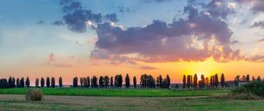 Vue panoramique de crépuscule de champ de campagne Photos libres de droits