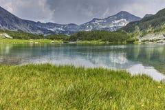 Vue panoramique de crête et de réflexion chukar de Banderishki dans le lac Muratovo, montagne de Pirin Image stock