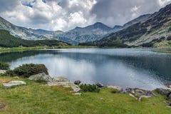 Vue panoramique de crête et de réflexion chukar de Banderishki dans le lac Muratovo, montagne de Pirin Photos libres de droits