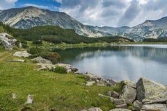Vue panoramique de crête et de réflexion de todorka dans le lac Muratovo, montagne de Pirin Photographie stock