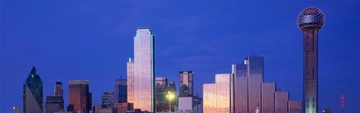 Vue panoramique de Dallas, horizon de TX la nuit avec la tour de la Réunion image libre de droits