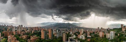 Vue panoramique de deux tempêtes de douche lavant MedellÃn, en Colombie photographie stock libre de droits