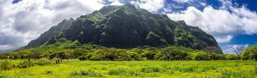 Vue panoramique de gamme de montagne de Kualoa, emplacement célèbre de pelliculage sur l'île d'Oahu images libres de droits