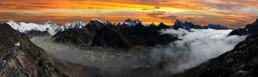 Vue panoramique d'Everest, Lhotse, Cho Oyu Photos stock