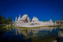 Vue panoramique de l'église blanche du temple de Wat Rong Khun dans Chiangrai, Thaïlande, reflétée dans l'eau Photographie stock