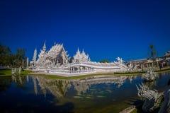 Vue panoramique de l'église blanche du temple de Wat Rong Khun dans Chiangrai, Thaïlande, reflétée dans l'eau Photographie stock libre de droits