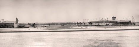 Vue panoramique de l'aéroport MUC, hiver de Munich Photos stock