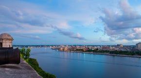 Vue panoramique de l'entrée et de l'horizon de baie de La Havane au crépuscule photographie stock libre de droits