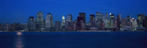 Vue panoramique de l'horizon de Lower Manhattan, NY où des tours de commerce mondial ont été situées au coucher du soleil Image stock
