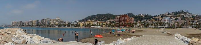 Vue panoramique de l'océan à la plage de Malagueta avec des roches à la CMA Photographie stock