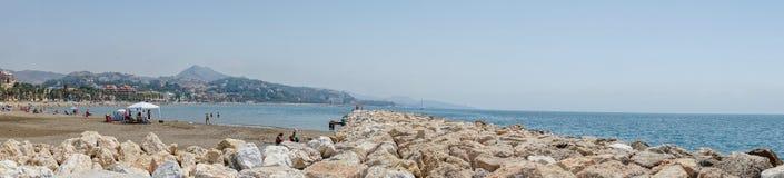 Vue panoramique de l'océan à la plage de Malagueta avec des roches à la CMA Photos libres de droits