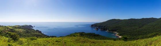 Vue panoramique de la baie et des collines vertes photos stock