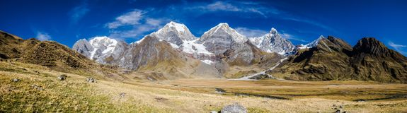 Vue panoramique de la Cordillère Huayhuash, Pérou Photographie stock