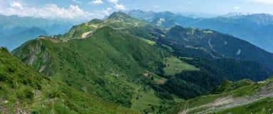 Vue panoramique de la gamme de montagne avec les funiculaires et la vallée verte photo libre de droits