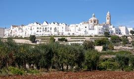 Vue panoramique de la jolie ville de Locorontondo, Puglia, Italie du sud La photo montre la ville en haut de la colline image stock