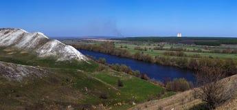 Vue panoramique de la montagne de la craie au-dessus de la vallée du Photographie stock libre de droits