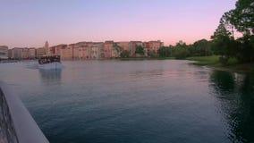 Vue panoramique de la navigation de bateau d'hôtel et de taxi de Portofino sur le lac bleu dans la région d'Universal Studios banque de vidéos