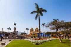 Vue panoramique de la place principale de la ville Trujillo photographie stock libre de droits