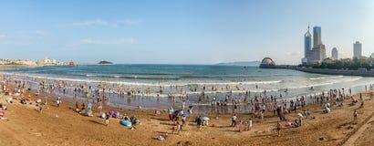 Vue panoramique de la plage ? Qingdao images stock
