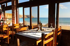 Vue panoramique de la plage de Sagres à l'intérieur d'un restaurant, plages d'Algarve, au sud du Portugal Photos libres de droits